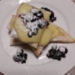 Dolce di pasta sfoglia con crema e frutti di bosco